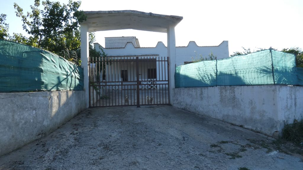 Country house for sale road to Ostuni, with appurtenant land
