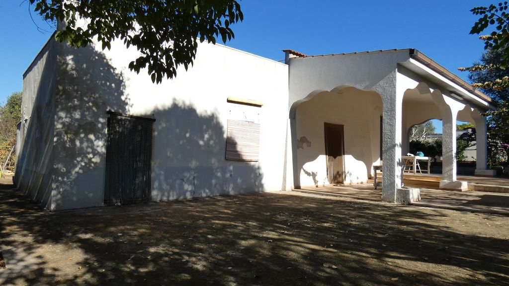 Country house for sale with plot of land with olives and fruit trees