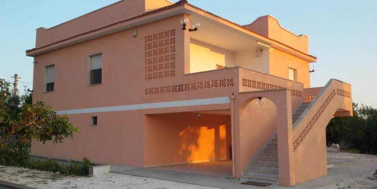 Villa for sale in Puglia with appurtenant plot of land
