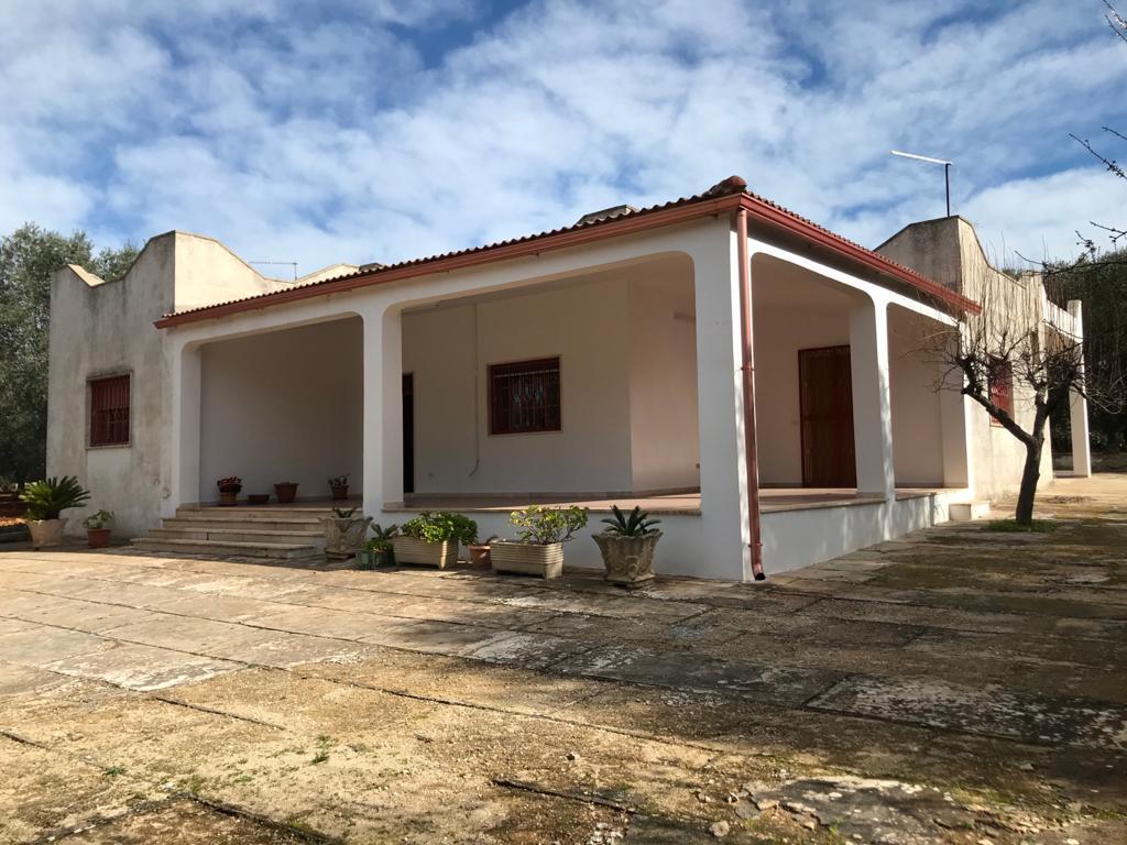 Spacious villa for sale with appurtenant garden