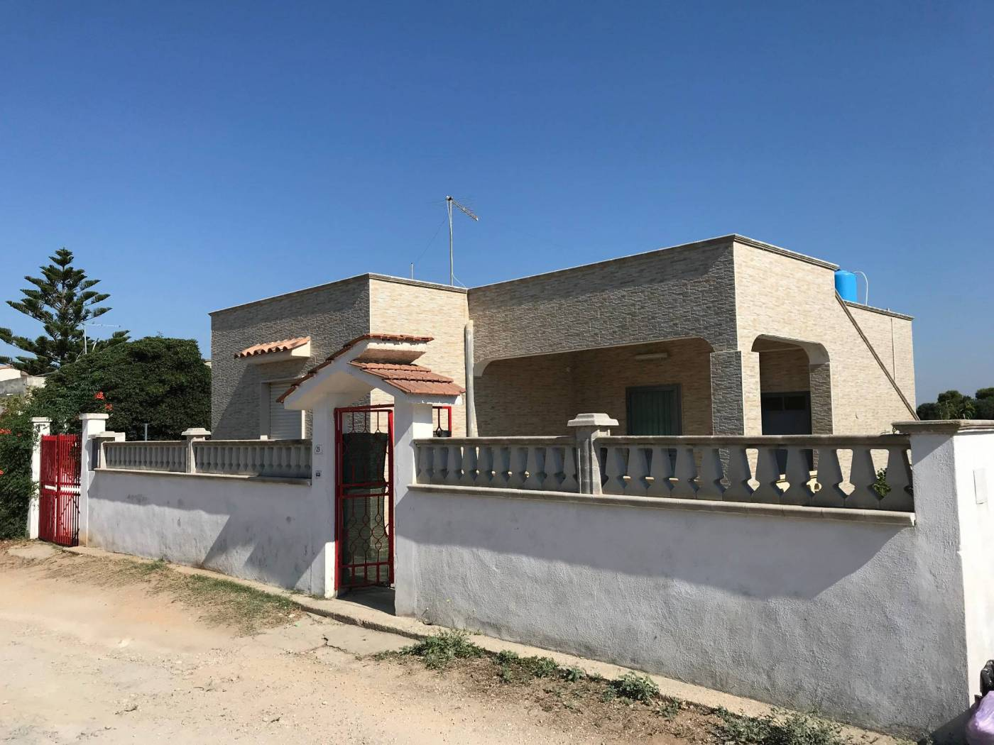 House for sale with private garden, short distance from the beach