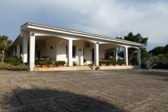 Villa with swimming pool for sale Puglia, Italy, walk in conditions