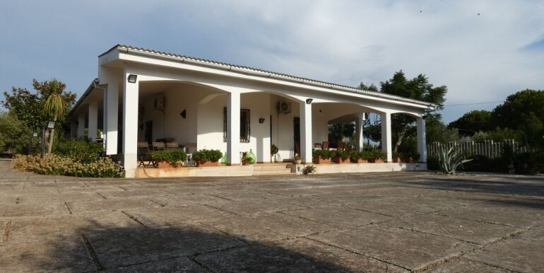 Villa with swimming pool for sale Puglia, Italy, walk in conditions