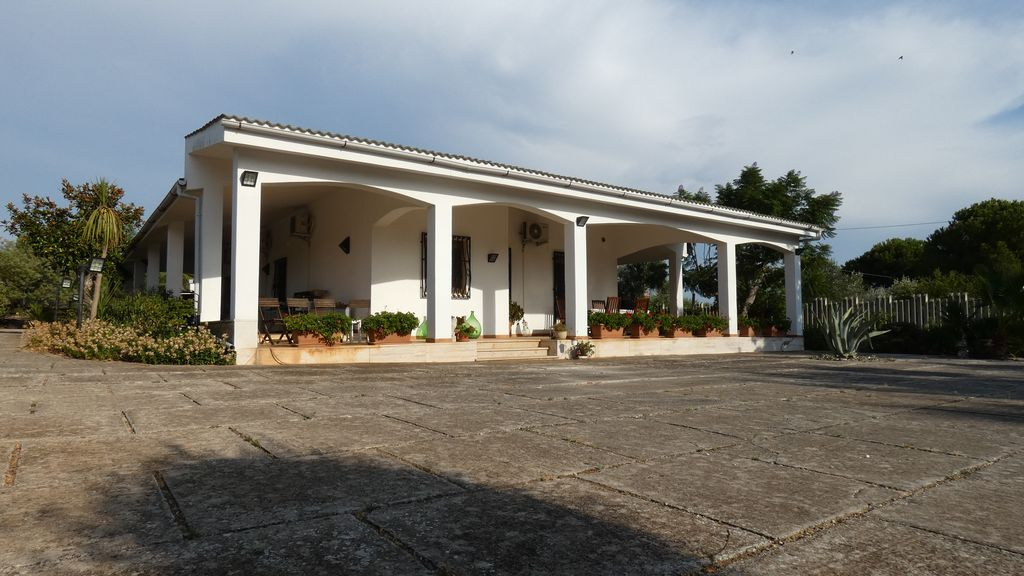 Villa for sale with swimming pool, with garden