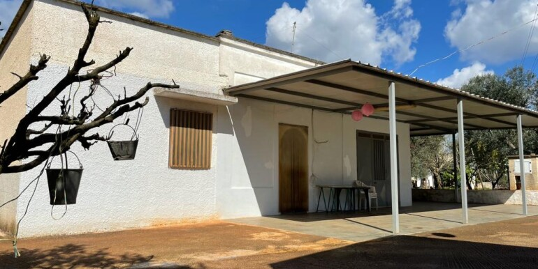 Country house for sale Ceglie Messapica, with olive grove and orchard