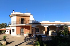 Spacious villa for sale in Puglia, Ceglie Messapica, with garden