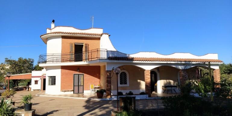 Spacious villa for sale in Puglia, Ceglie Messapica, with garden