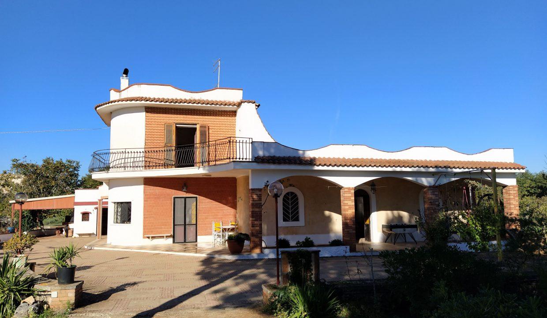 Spacious villa for sale with garden