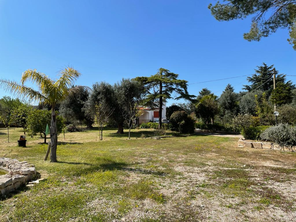 Villa for sale in good conditions, with private garden