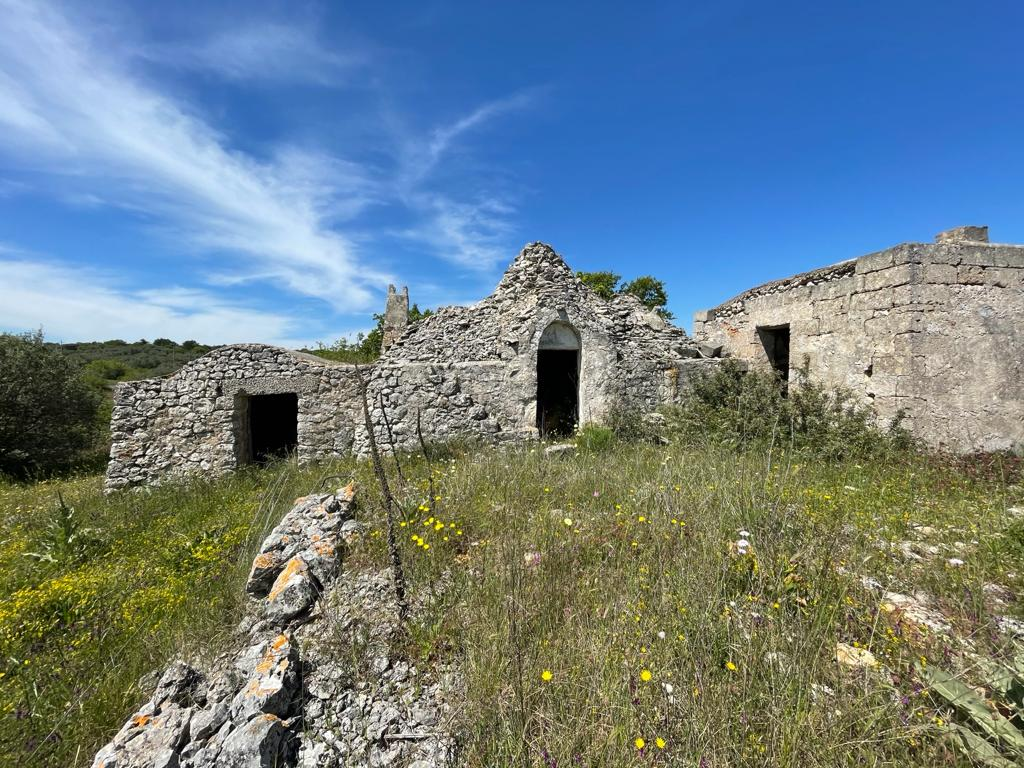 Trulli complex to renovate with appurtenant plot of land