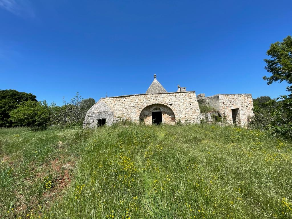 Trulli complex with lamia for sale, with plot of land